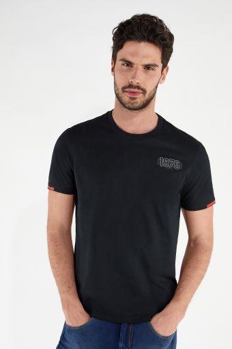 T-shirt à la coupe classique avec décorations minimalistes en contraste