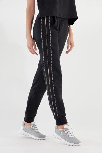 Hose mit Mininieten und Logo-Bändern