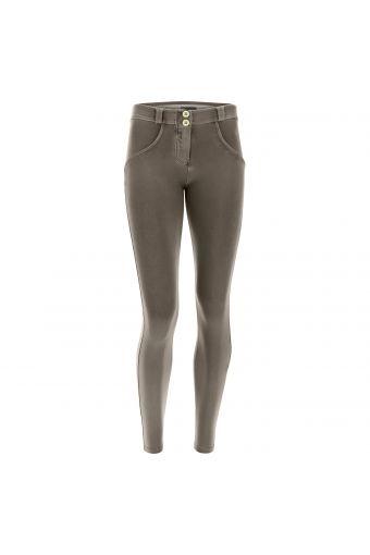 Pantalon push up WR.UP® en tencel teint en pièce dans une couleur 100% naturelle