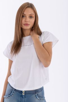 Camiseta regular con manga corta japonesa y tachuelas aplicadas