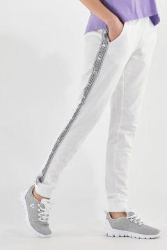 Leichte Sporthose mit silbernen Seitenstreifen